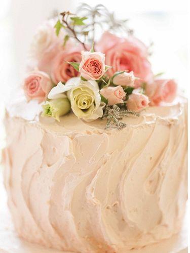Pasteles de boda decorados con flores naturales.