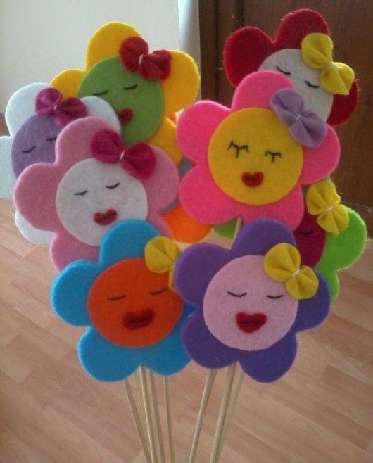 Çubuklu keçe çiçekler süs olarak ya da bebek şekeri olarak düşünülebilir. ilham verici keçe işleri için 10marifet.org