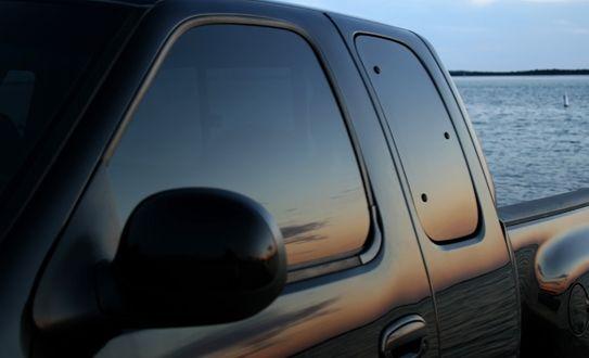 Con este polarizado de seguridad para las 4 ventanas laterales podrás olvidate de los ladrones e incrementar la seguridad de tu vehículo. La película aguanta 3600 libras por cm2, posee filtro solar y es anti rayones. Todo esto por sólo ¢45,000 en Full Auto!!