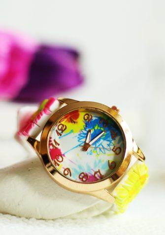 Niepowtarzalny, elegancki zegarek damski na silikonowym pasku w piękne, kwiatowe motywy. Tarcza zegarka zdobiona jest wzorem, który idealnie pasuje do całości. Staranne wykonanie zegarka sprawia, że jest on idealnym dodatkiem na każdą okazję.