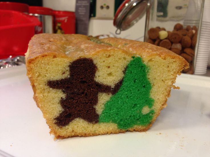 Recept voor een kerstcake met een verrassing erin: het lijkt een gewone cake, maar van binnen zitten er een kerstboom en een gingerbread mannetje in.