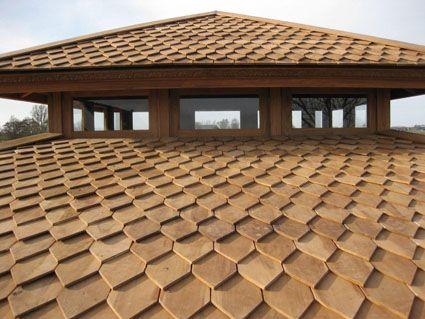 Als dakbedekking kan gekozen worden voor teakhouten pannen die na verloop van tijd haar unieke grijze kleur krijgen en daarmee mooi in de natuurlijke omgeving opgenomen worden.