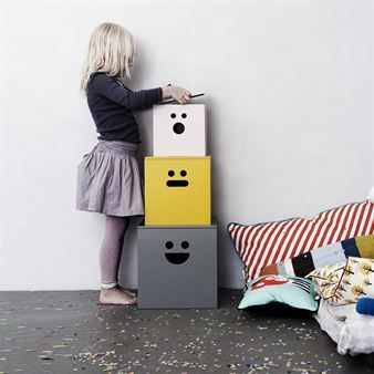 Använd de roliga boxarna med ansiktsmotiv från Ferm Living till att förvara och skydda dina leksaker, magasin eller samlingar i. Boxarna rymmer nästan allt och gör det samtidigt med ett leende, en smart och rolig detalj för alla rum! Boxarna säljs i set om 3.