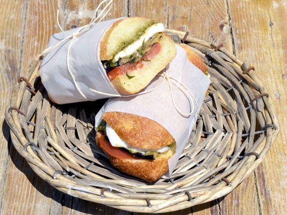Panino mediterraneo: verdure grigliate, pomodori e mozzarella per una pausa pranzo dal sapore mediterraneo! Dal blog La via delle spezie. Solo 400 Kcal!