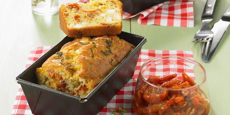 CAKE TOMATE FETA (Pour 6 P : 250 g de farine • 4 œufs • 1 dizaine de pétales de tomates confites • 1 barquette de feta • 4 c à s d'huile d'olive • 1 petit verre de lait • un peu de thym frais • 1 sachet de levure • sel, poivre)