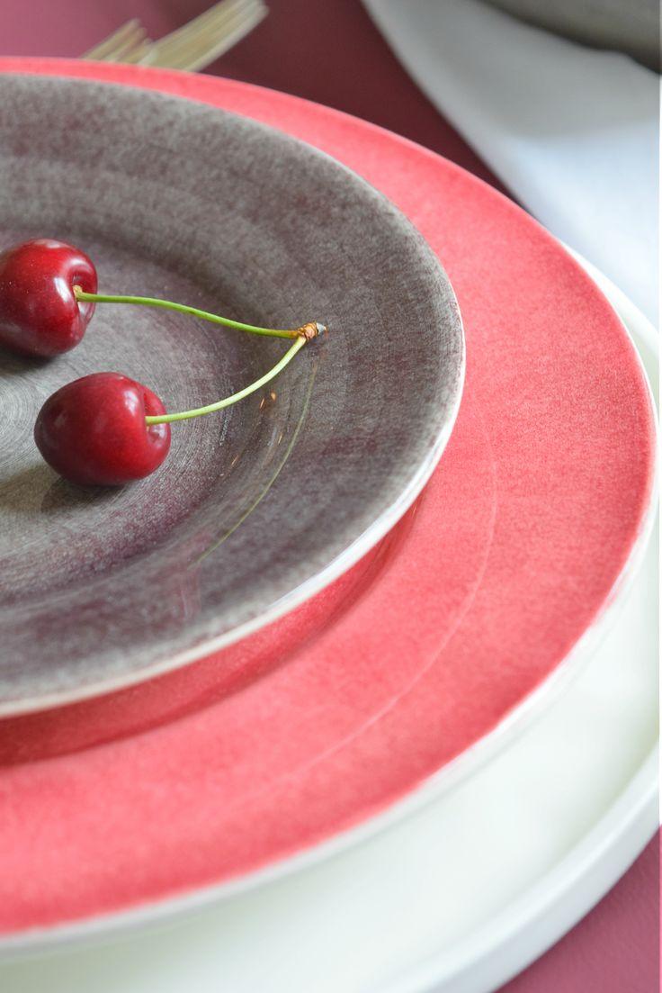 Farbenfrohe Teller von Mateus Ceramics. Cherry on Top