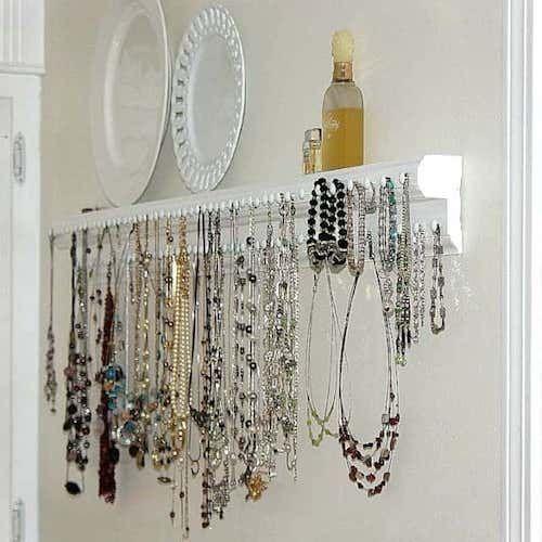 Regardez ce super rangement à bijoux en utilisant une moulure et des punaises.