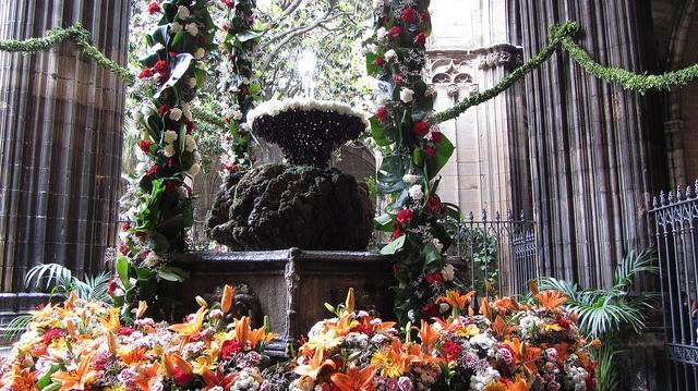 Catedral de Barcelona    L'ou com balla.    L'ou com balla és una tradició que té lloc a diverses poblacions de Catalunya el dia del Corpus Christi, originada, sembla, a la Catedral de Barcelona.  Hi ha constància que al segle XVI ja es feia a la font del claustre de la Catedral de Barcelona, on se n'encarregaven els escolans.