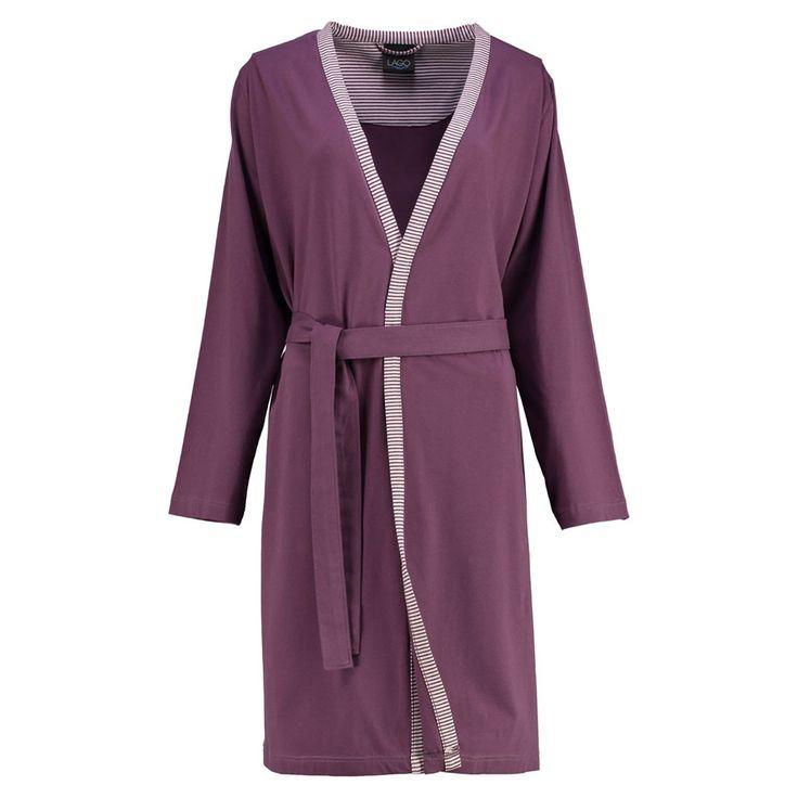 Cawö Jersey Damen Kimono Kurzmantel 813 brombeere. Super bequem durch den Stretchanteil wird der Kurzmantel mit gestreifter Einfassung, Aufhänger und Bindegurt zum neuen Liebling.  www.bettwaren-shop.de