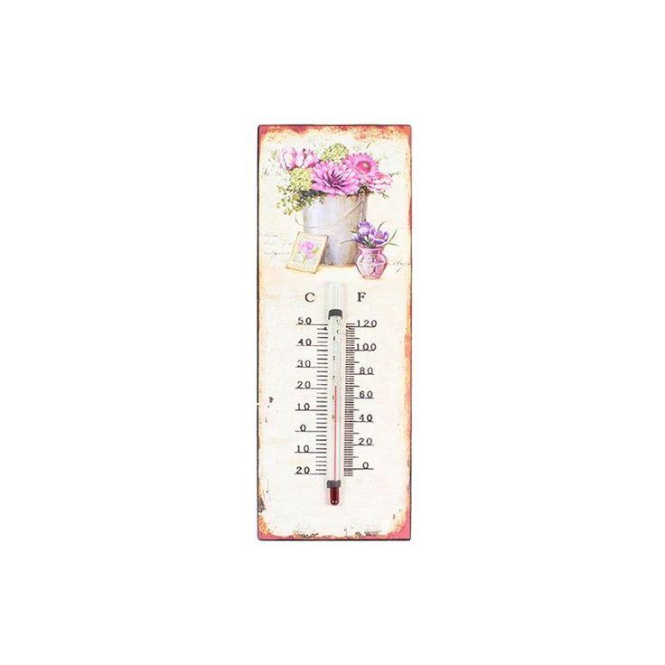 Termometr ozdobiony metalową blaszką z motywem kwiatowym w wiaderku, przedstawia prawdziwy styl prowansalski.