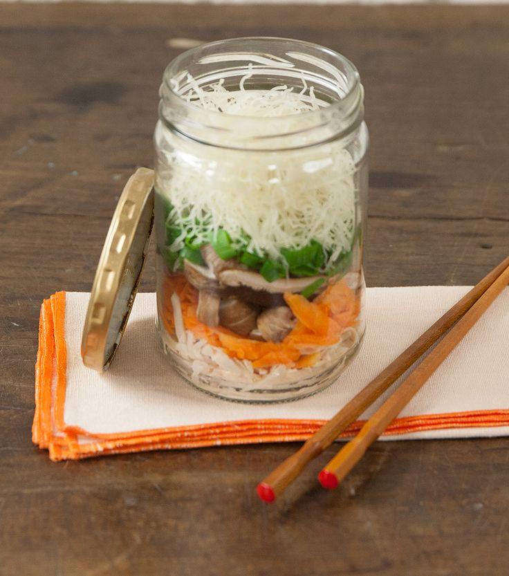 Pote noodles (macarrão instantâneo caseiro) | Receita Panelinha:  Refeição pá pum? Esqueça o delivery. O truque é utilizar ingredientes de cozimento rápido, como o macarrão bifum e o cogumelo.