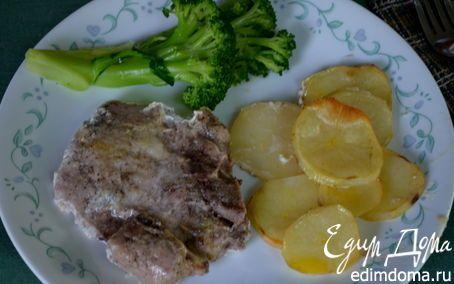 Тушеные свиные отбивные с овощами на молоке / в духовке картофель, лук, обжареные отбивные, залить молоком, смешанным с жиром от мяса, перемешать, сверху картофель