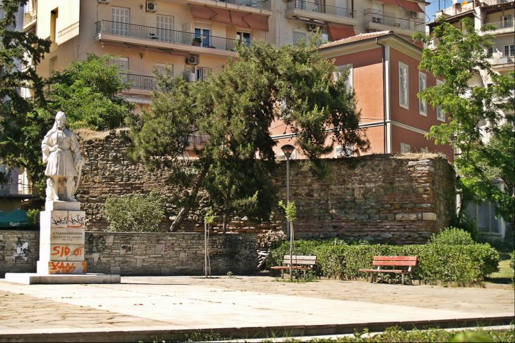This small part of the Eastern Wall survived the demolition that was ordered in the late 19th century by Sultan Abdul Hamid II. (Walking Thessaloniki, Route 04 - Galerius)