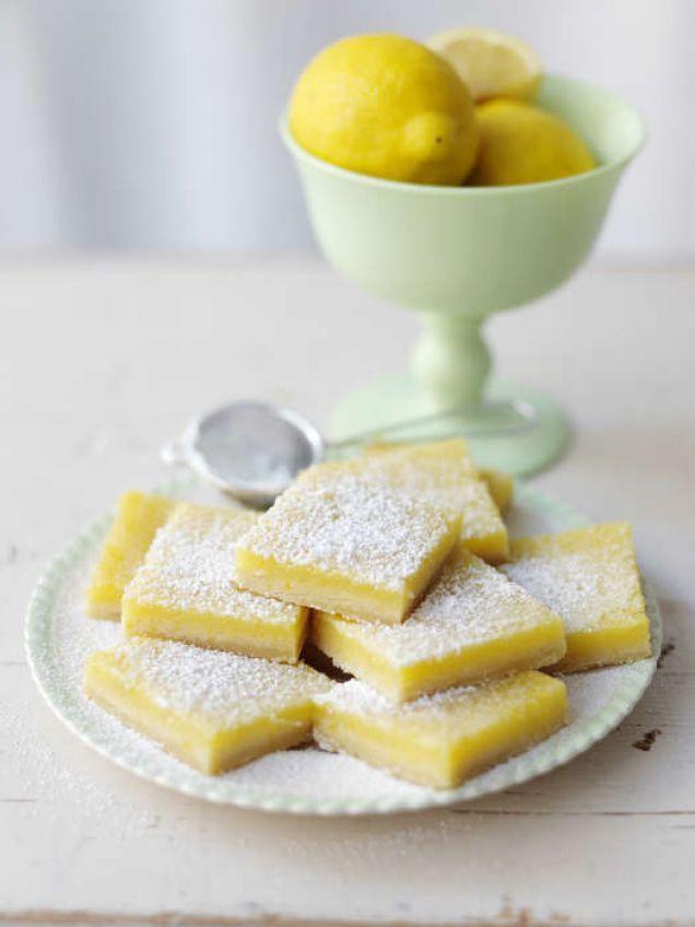 Citronrutor Näst intill beroendeframkallande är de här sötsyrliga och krämiga rutorna. Detta recept är anpassat till en lite mindre ugnsform, men det går bra att dubblera om du vill att det ska räcka till en...