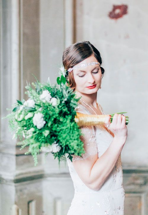 Brautstrauss für eine Great Gatsby Hochzeit #greatgatsby #greatgatsbywedding #weddingbouquet  #artdecowedding  #golden20ies #weddinginspiration #brautstrauss #artdecobrautstrauss #jugendstil #jennypackham #weddingdress #greenery
