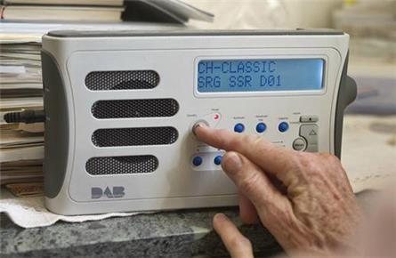 Las Estaciones de radio comerciales suizas pueden dejar la FM apartir de 2015. Lo decidió el Consejo Federal la semana pasada. La condición es que las estaciones de radio de FM también se puedan re...