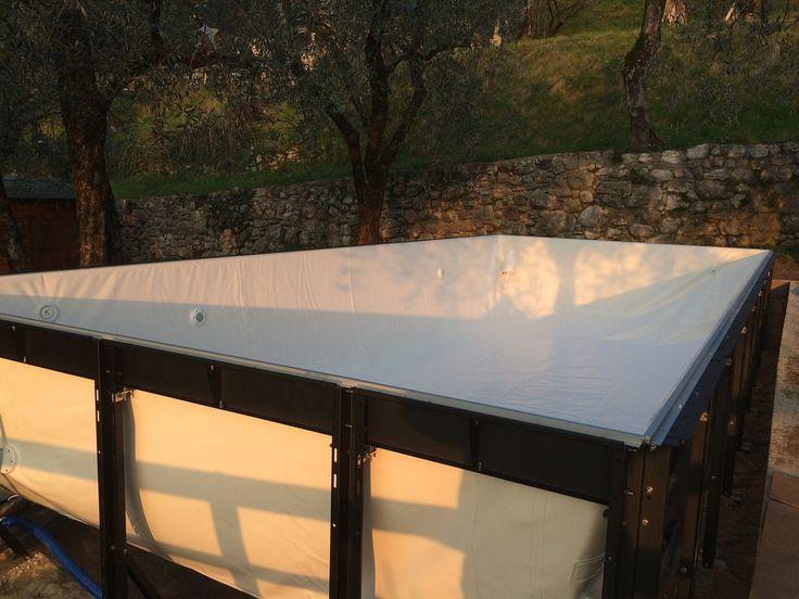 Piscina Dolcevita Diva 3,5x8 metri h.125, con basamento per installazione su terra/sabbia, rivestimento color bianco, panca angolare in Betacryl con idromassaggio, impianto di filtrazione ad Uso Pubblico, copertura galleggiante isotermica, robot pulitore Dolphin Laghetto SL 100. Pannellatura+bordo in Rattan Viro color Bianco, scala in acciaio inox 316 con balconcino in ecolegno Plasticwood. Presso Casa Barca Wellness Hotel & Spa: www.casabarca.com/