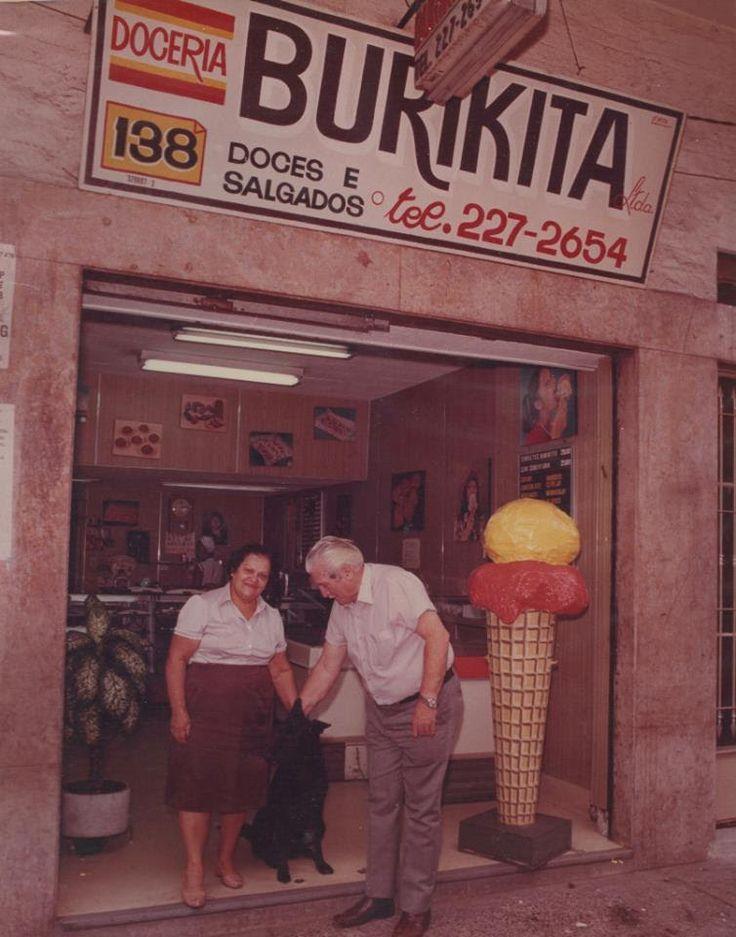 Dona Matilda e seu Avraham em frente à doceria, nos anos 1980: além de burikita, outros salgados, doces e até sorvete (foto: reprodução/Facebook)