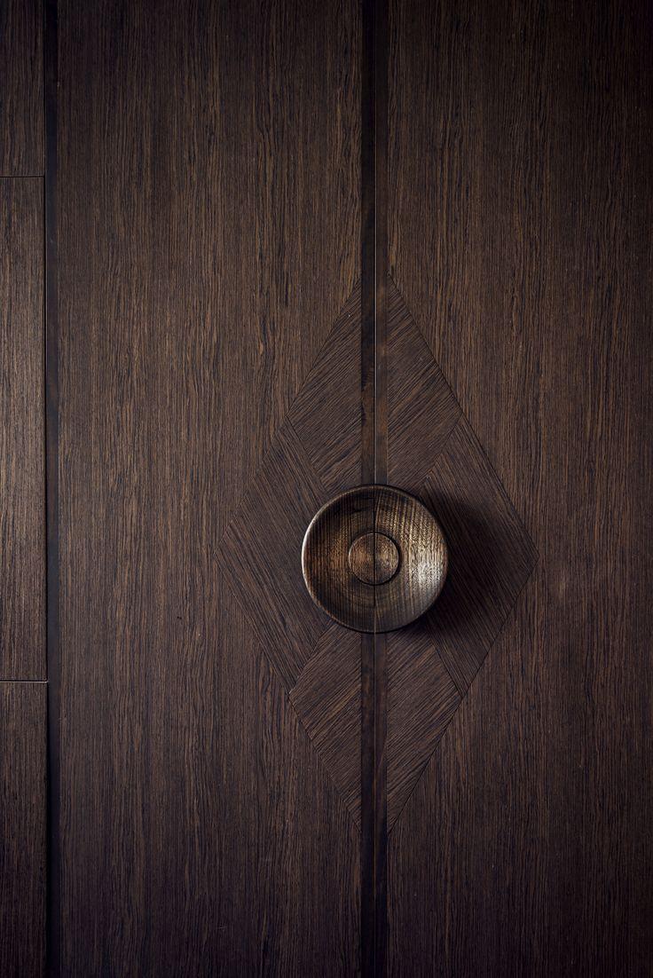 Le luxe et le soin du détail jusque dans la poignée et la marqueterie d'une porte...