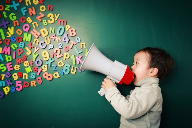 Leseförderung für zu Hause: Wir zeigen Ihnen einfache Spiele zur Leseförderung. So können Sie Ihre Kinder unterstützen ohne sie zu beschulen. Los geht's! © iStock