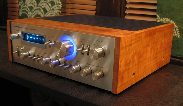 Pioneer SA-9800 receiver. Doesn't get much better in terms of looks. One day I will have a full pioneer siverface stack.