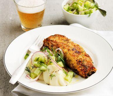 En fantastisk fiskrätt där de saftiga laxfiléerna får smak av senap innan de vänds i ströbröd och dill och steks härligt krispiga i pannan. Smaksättningen av senap på laxen gör att det sprids en angenäm och aptitlig doft i köket. Servera med fluffigt, lent potatismos och en dillig gurksallad.