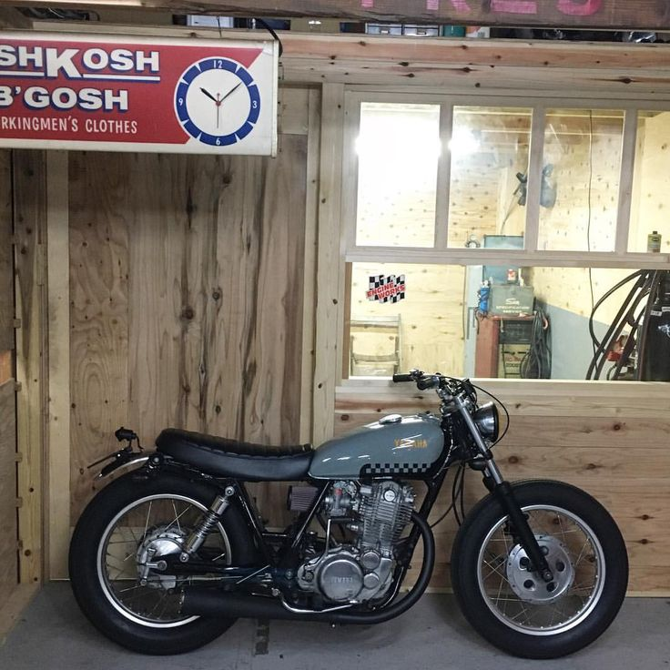 "349 Likes, 4 Comments - REYNAL motorcyclesJapan (@reynalmotorcycle) on Instagram: ""SR400 リモデル!! #sr400 #sr500 #ワンオフシート#手曲げエキパイ#ワンオフヘッドライトステー#reynal #bobber #カスタムバイク#custombike…"""