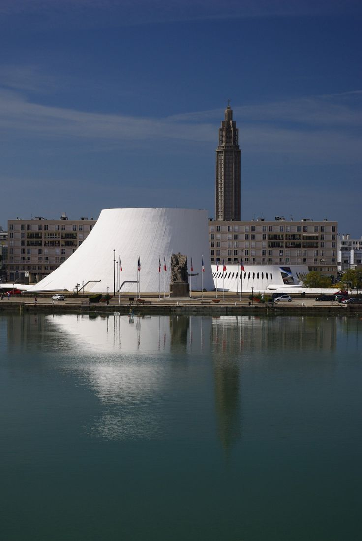 bassin du commerce, Le Volcan d'Oscar Niemeyer, Le Havre, Normandie, France, en arrière plan l'église St Joseph.