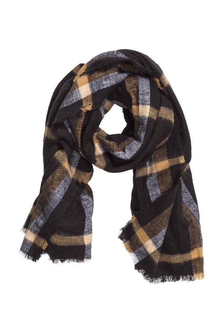 Geruite sjaal: Een sjaal van geweven kwaliteit met rafelige randen. Afmetingen 105x180 cm.