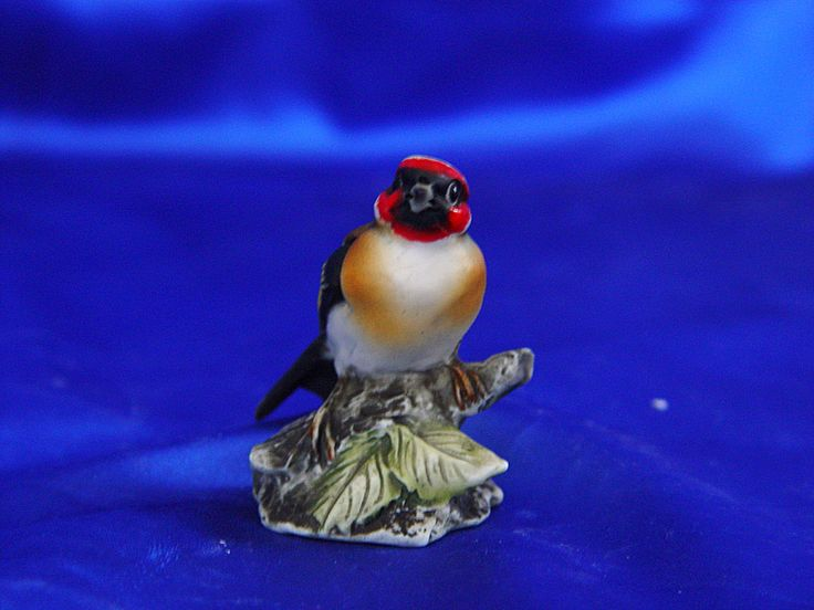 Production and Sale of Birds, Little birds in Capodimonte Porcelain.