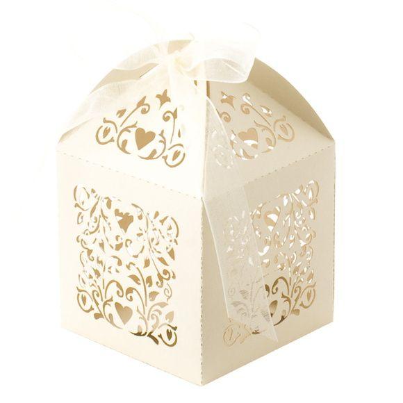 Ideal para pequenos bolos, amêndoas, chocolates, castanhas, trufas, confetes, jujubas, doces ou balas sortidas e o que sua criatividade mandar.    Caixinha de papel gramatura alta, em papel metalizado ou fosco. Acompanha fita de cetim de 7mm. R$ 1,99