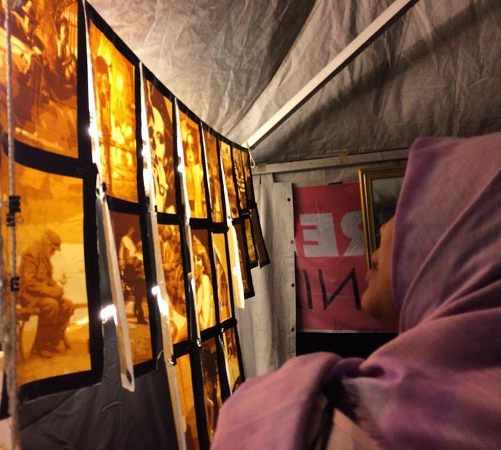 Lukisan berbahan selotip (lakban) karya @mr.kobar dan kawan-kawan dari kumpulan bernama KEUMALA jadi favorit pengunjung karena memang unik dan baru bagi ruang seni Banda Aceh. Yuk intip karya mereka lainnya di Piasan Seni Banda Aceh 2016.  #bandaaceh #piasanseni #piasanseni2016 #piasansenibandaaceh2016 #piasansenibna #pameranpembangunan #bandaacehmembangun #berkaryauntuknegeri #bustanussalatin #bandaacehmasadepan #piasansenibna2016 #keumala #lukisan #lukisanselotip #selotip #art…