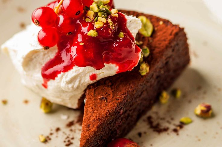 Spoil yourself with our 15 decadent and easy chocolate pudding recipes. Try flourless chocolate cake or melting chocolate and orange puddings - a chocoholic's dream