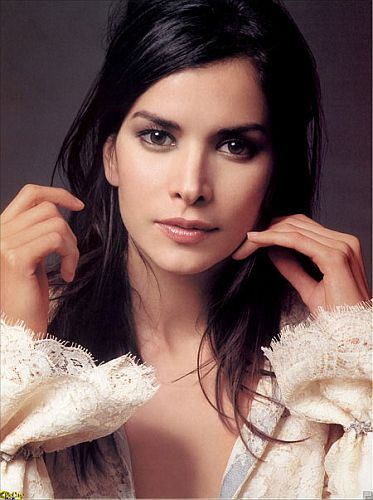 Patricia Velasquez. She looks SO different here. Was in The Mummy Returns. Model/Actor.