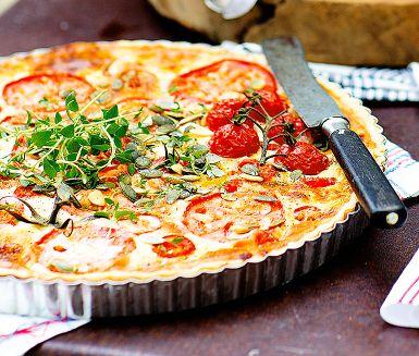 Getostpaj med tomat och rostade frön