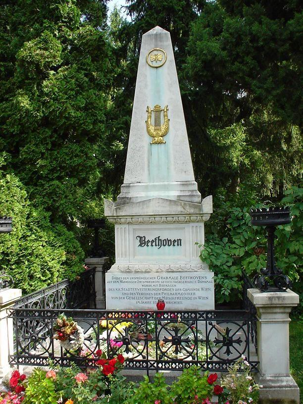 ウィーン中央墓地に堂々と建つのは「ベートーベンの墓」。音楽ファンは外せない。ウィーン 旅行・観光でおすすめの見所!