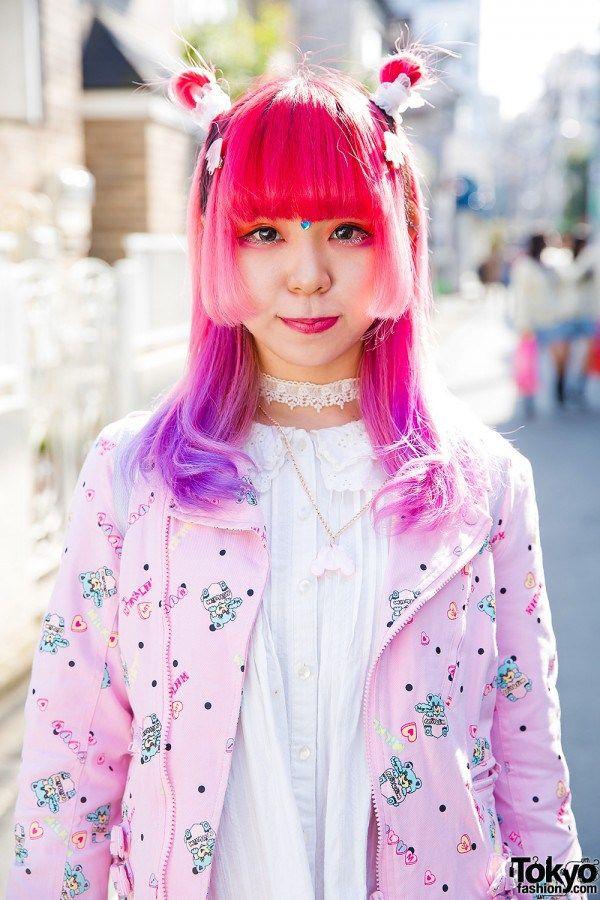 GADIS HARAJUKU DENGAN RAMBUT MERAH MUDA & UNGU DI MILKLIM, 6% DOKIDOKI, CONPEITOU & YOSUKE WINGED PLATFORMS  Berita Fashion Jepang – Kami melihat Sebone – dengan gaya imut dan rambut pink juga ungu dengan kuncir kembar – di jalan di Harajuku.  Dia mengenakan jaket berwarna merah muda dari Milklim, dengan blus dari rok polka dot milik Honeys, ransel kelinci mewah dari Swimmer dan platform Yosuke bersayap. Dia menggunakan accessorized dengan cincin, kalung dan aksesoris rambut dari 6% DOKIDOKI…