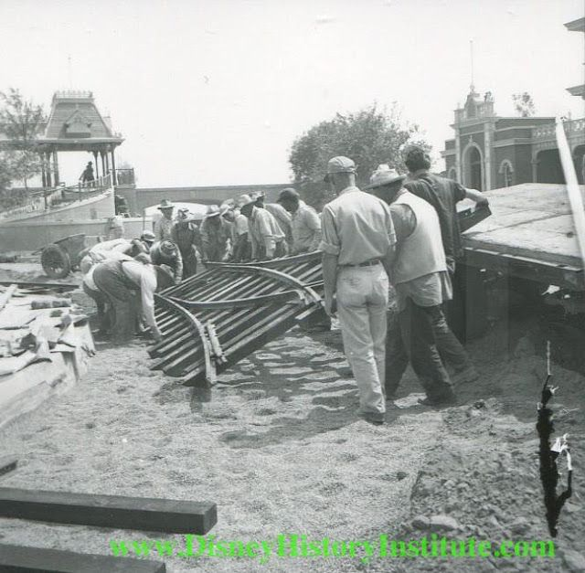 Website full of great articles about Disney History, as well as never before seen images of Walt Disney and Disneyland / Walt Disney World