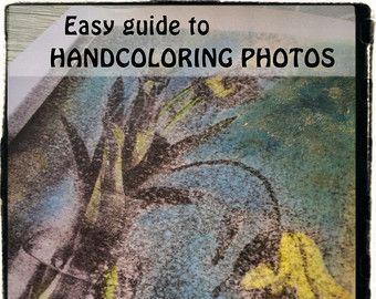 TITRE: Colorée à la main Ferry, Virginie-occidentale de Harpers DESCRIPTION: photo noir et blanc prise dans Harper Ferry, Virginie-occidentale et colorée à la main. PROCESSUS: Originale prise avec un appareil photo sur film en noir et blanc, imprimé et peint à l'aide de crayons de couleur pastel craie à la main.  Il s'agit d'une REPRODUCTION numérique de l'originale à la main de couleur imprimée…