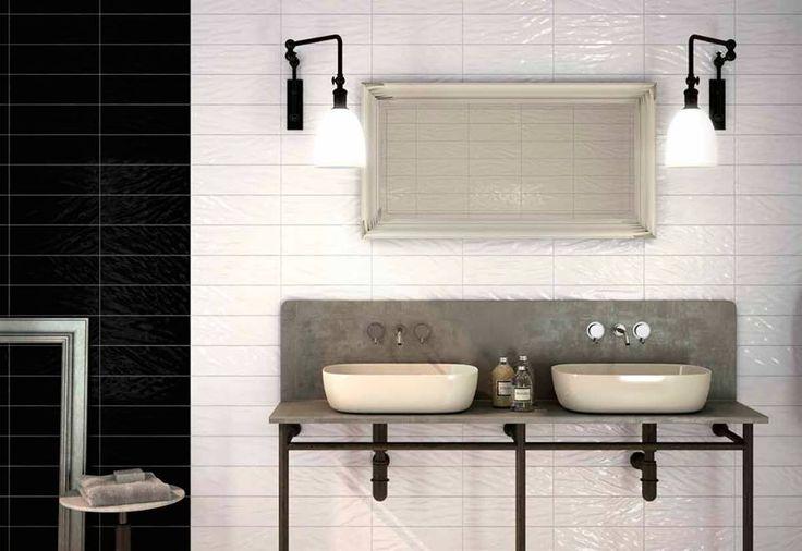 Moderno #baño en blanco y negro de la serie #cerámica #MetroLine. La decoración industrial y el lavabo de cemento le da un toque muy... ¡#trendy!
