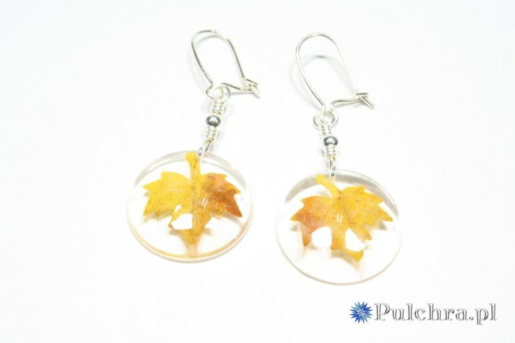 Resin earrings with autumn leaf  / Okrągłe kolczyki z żywicy z jesiennymi listkami (srebrne bigle)