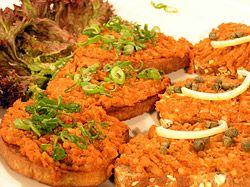 Pohankový tatarák - neviem, či to budem niekedy robiť, ale radšej si to uložím .- 150 g pohanky mletá paprika drcený kmín pepř kečup hořčice sůl
