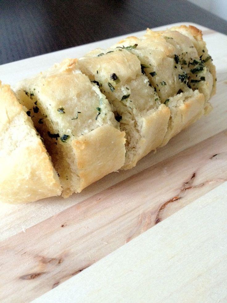 Super eenvoudig zelf stokbrood kruidenboter maken - Lekker en Simpel