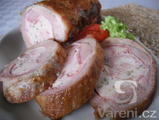 Přírodní vepřová roláda z libového bůčku plněná krůtím masem. Pokrm podáváme s bramborem nebo bramborovými knedlíky a špenátem.