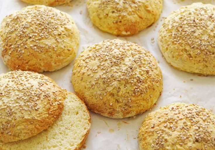 Buns à hamburgers sans gluten 600 g de farine sans gluten 30 cl de lait 10 g de levure de boulanger 1 cc de sucre en poudre 1 cc de sel 3 oeufs (2 pour la pâte et 1 pour dorer les buns) 40g de beurre des graines de sésame