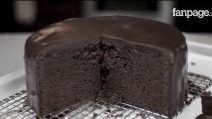 Lo Chef Tommaso De Rosa, docente di arte culinaria della Toffini Academy, ci insegnerà a preparare una golosissima torta americana al cioccolato: la Mud Cake.  Ingredienti: 220g Cioccolato fondente; 35g Cacao in polvere; 270g Burro; 270g Zucchero; 4 Uova; 120ml Latticello oppure latte; 10g Lievito chimico in polvere; 1bustina Vanillina; 250g Farina 00; 2cc Caffè solubile. PER LA COPERTURA 280ml Panna fresca liquida; 280g Cioccolato fondente.