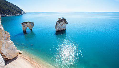 La Baia delle Zagare è una spiaggia dalla sabbia bianca e si trova in Puglia, nella zona del Gargano.