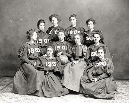 Женская баскетбольная команда, 1900 г. Они играли в платьях с длинными рукавами и надевали корсеты.