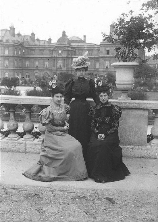 Jeunes filles au jardin du luxembourg paris juillet 1897 for Jardin 5 juillet biskra