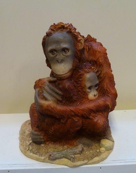 Dit is een prachtig dierenbeeldje van een rode aap met een kleine aapje in haar armen.Dierenbeeldjes kunt U online bestellen bij Dekogifts